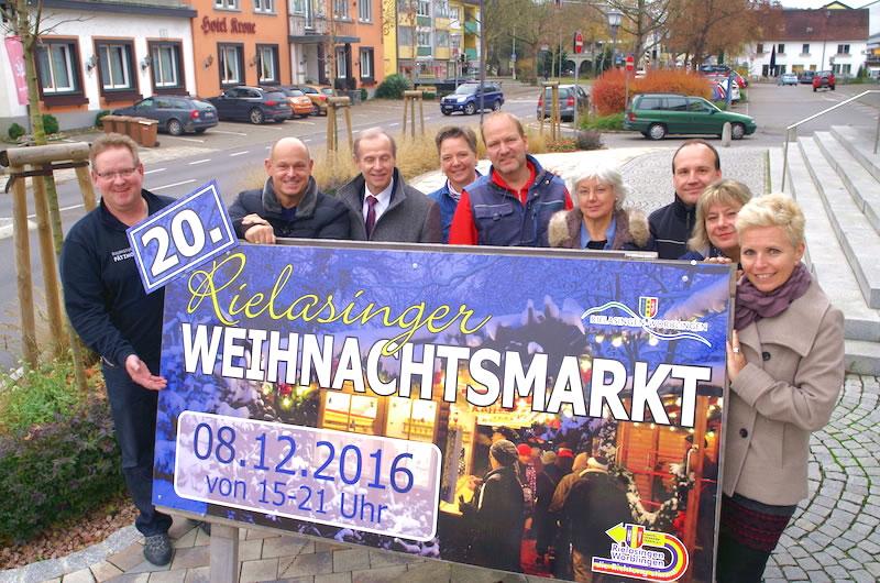Die Organisatoren des Rielasinger Weihnachtsmarkts sind ganz besonders stolz auf die 20 auf ihrem Plakat, denn der Markt im Ortskern ist für die Region eine Marke als besonderer Treffpunkt geworden. swb-Bild: of