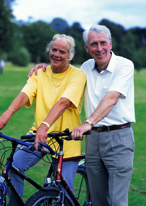 Älteres Paar mit ihren Farrädern.