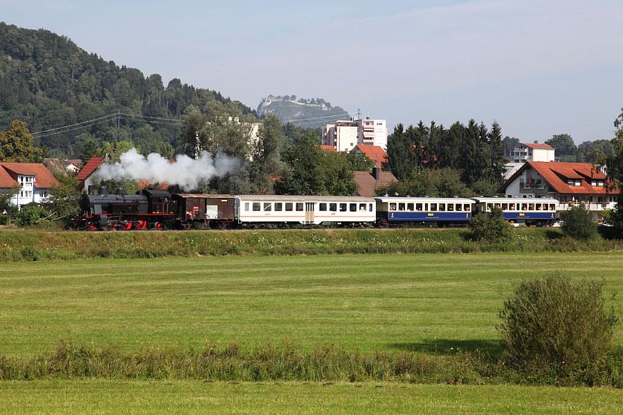 Museumsbahn auf der Strecke in Rielasingen mit Blick auf das Rosenegg und den Hohentwiel.