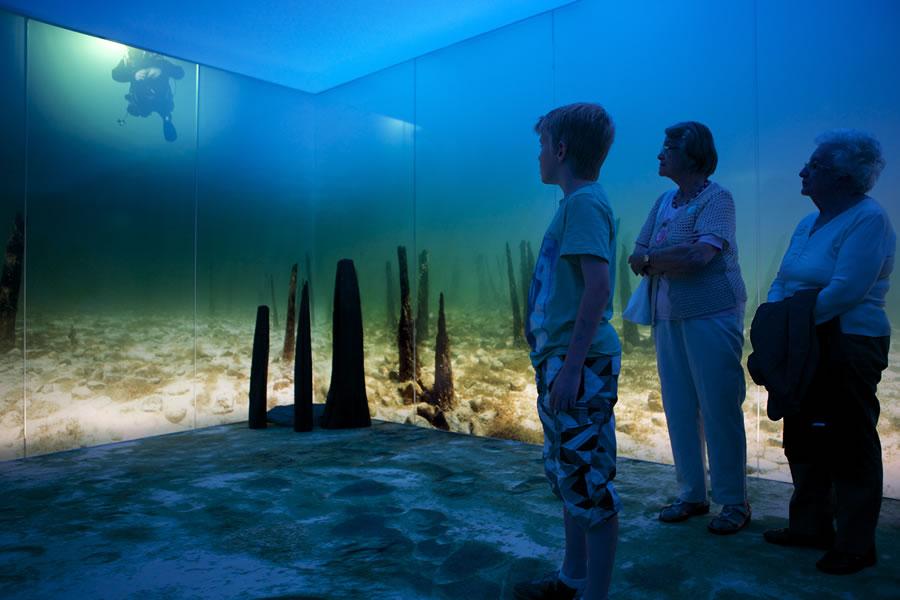 Während einer Führung kommt man auch in eine multumedial beeindruckend gestaltete Untwerwasserwelt. Quelle: Pfahlbaumuseum Unteruhldingen
