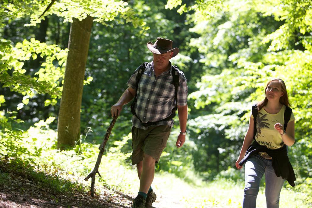 Zwei Wanderer am Naturlehrpfad Rosenegg