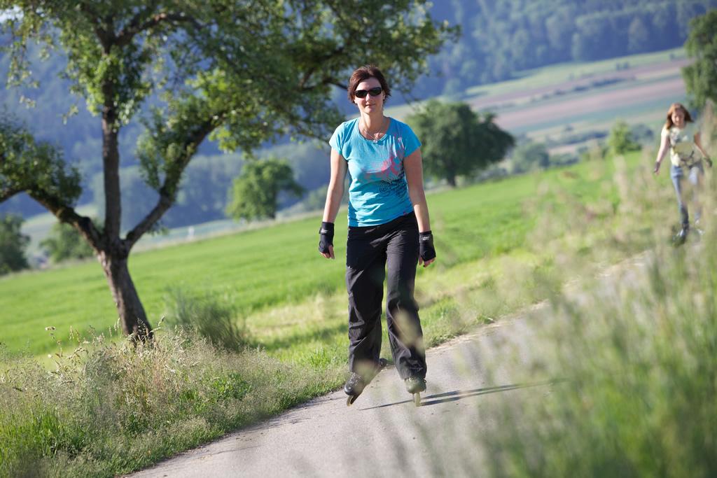 Inlineskaterin auf einem Feldweg beim Hardberg Worblingen