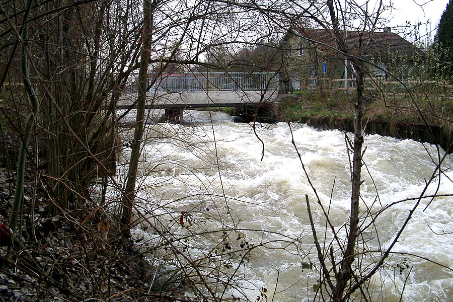 Bei Hochwasser kann die Aach auch zum reißenden Fluss werden. Hier die Brücke in der Hittisheimer Straße.