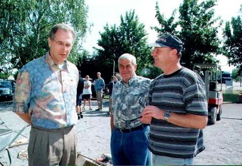 Der ehemalige Bürgermeister Ottmar Kledt (links) und Organisator Marcus Schwarz (rechts) verfolgten interessiert die Entstehung der Kunstwerke.
