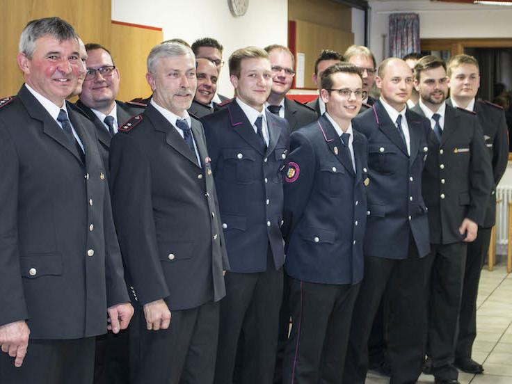 Lob an diejenigen ehrenamtlichen Feuerwehrmänner, die eine Einsatzanwesenheit von über 50 Prozent hatten - vorne Rielasingens amtierender Feuerwehrkommandant Ulrich Graf. swb-Bild: uj
