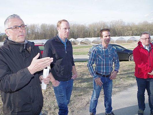 Stefan Herre, Walter Koch und Christian Rathgeb mit Bürgermeister Ralf Baumert vor den im Bau befindlichen Foliengewächshäusern bei Worblingen. swb-Bild: of