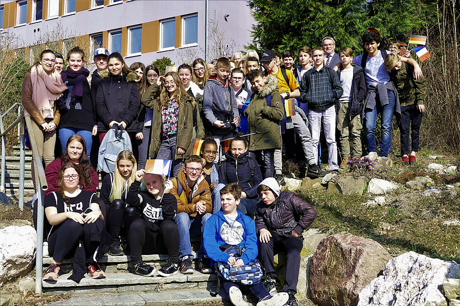 Lebendiger deutsch-französischer Schüleraustausch / Gruppenbild mit Bürgermeister Ralf Baumert vor dem Rathaus.