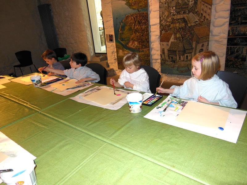 Kinder des Kinderhauses Rosenegg beim Malen.