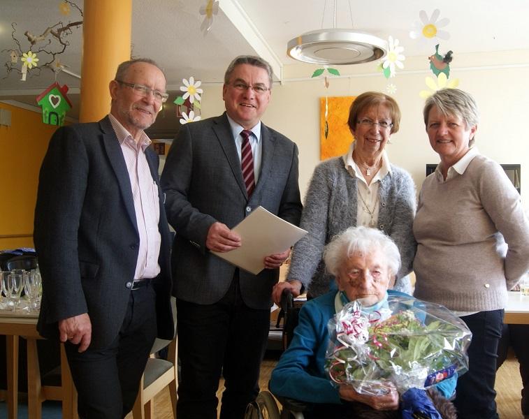 Anna Spitzka freut sich als älteste Mitbürgerin der Gemeinde über die herzlichen Geburtstagswünsche von Diakon Ehinger, Bürgermeister Baumert, Frau Anders (Tochter der Jubilarin) und Frau Messmer (Heimleitung)