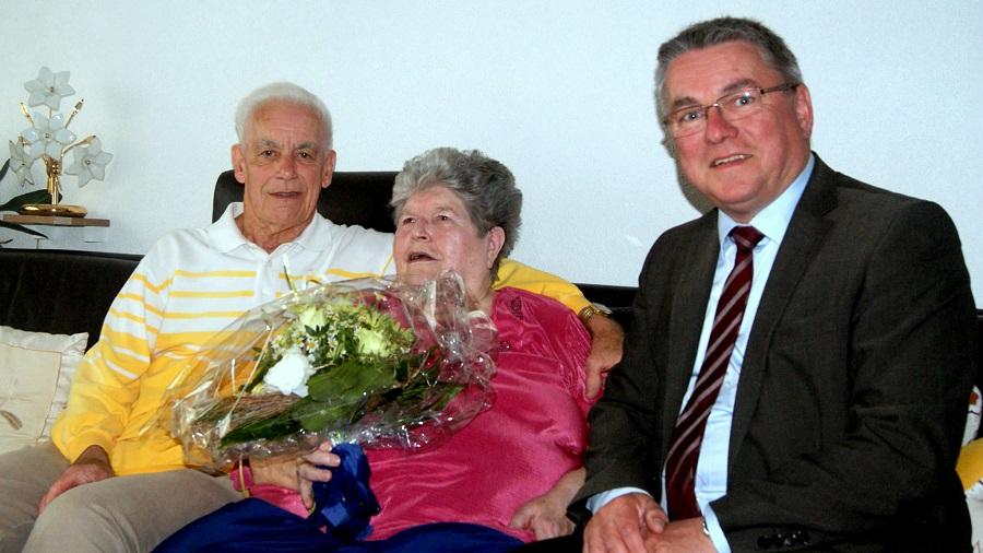 Die Eheleute Ursula und Manfred Abele freuen sich über die persönlichen Glückwünsche von Bürgermeister Ralf Baumert