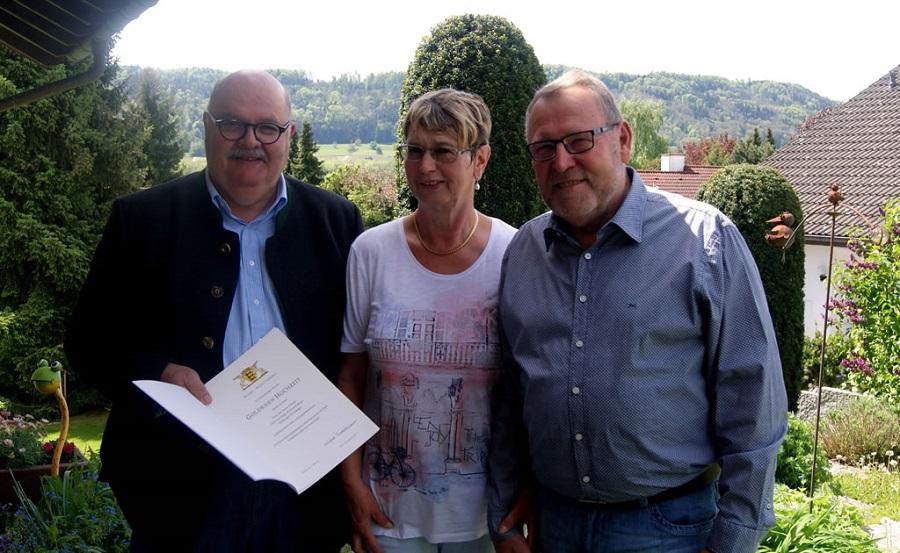 Die Eheleute Helga und Otto Ehinger freuen sich über die persönlichen Glückwünsche von Bürgermeister-Stellvertreter Rudi Caserotto.