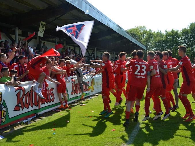 Gemeinsam stark: die rote Wand des FC Rielasingen-Arlen und ihr Team. swb-Bild: mu/Archiv