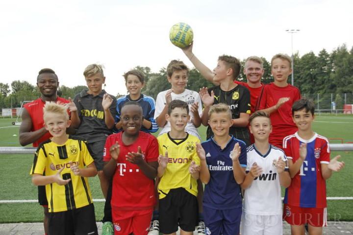 Begeisterung vor dem Spiel des FC Rielasingen-Arlen gegen Borussia Dortmund auch bei den Einlauf-Jungs aus der D-Jugend. Links hinten Stanislas Tsimba, hinten mit Ball Abwehrspieler Phillip Dietrich. Bild: Christel Rossner
