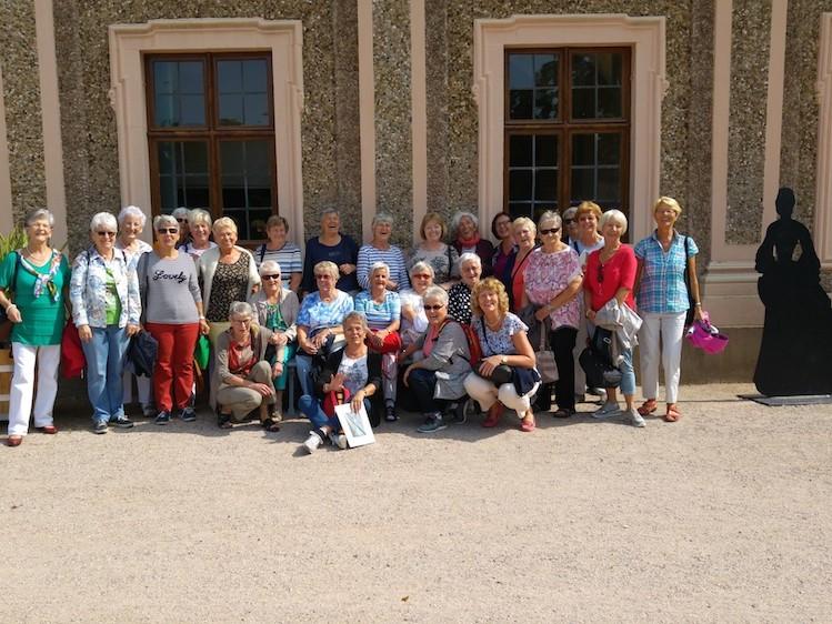 Die muntere Schar der Worblinger »Montagsfrauen« bei ihrer Jubiläumsreise auf Spurensuche nach starken Fauen - hier im Schloss Favorite bei Rastatt. swb-Bild: Gerber