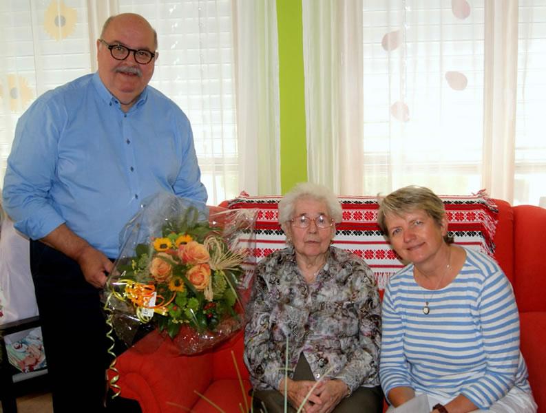 Elfriede Ebner freut sich über die persönlichen Glückwünsche von Bürgermeister-Stellvertreter Rudi Caserotto und Heimleiterin Gisela Meßmer.