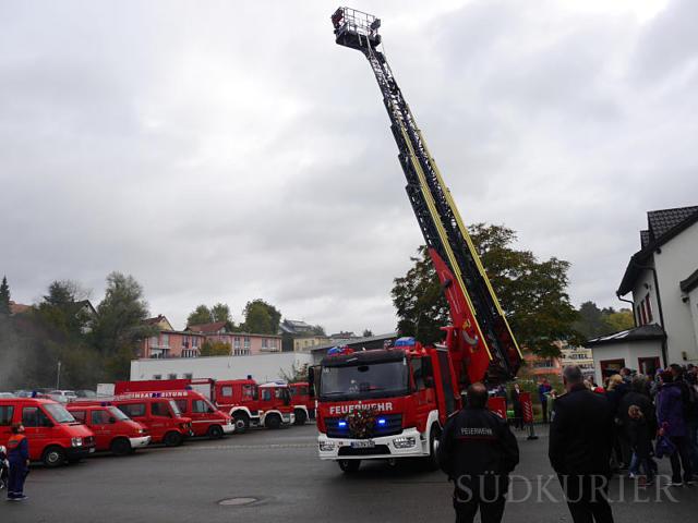 Das jüngste Fahrzeug der Freiwilligen Feuerwehr Rielasingen-Worblingen während der offiziellen Einweihung: Die Drehleiter des Hubrettungsfahrzeugs kann mehr als 30 Meter ausgefahren werden. Bild: Ingeborg Meier
