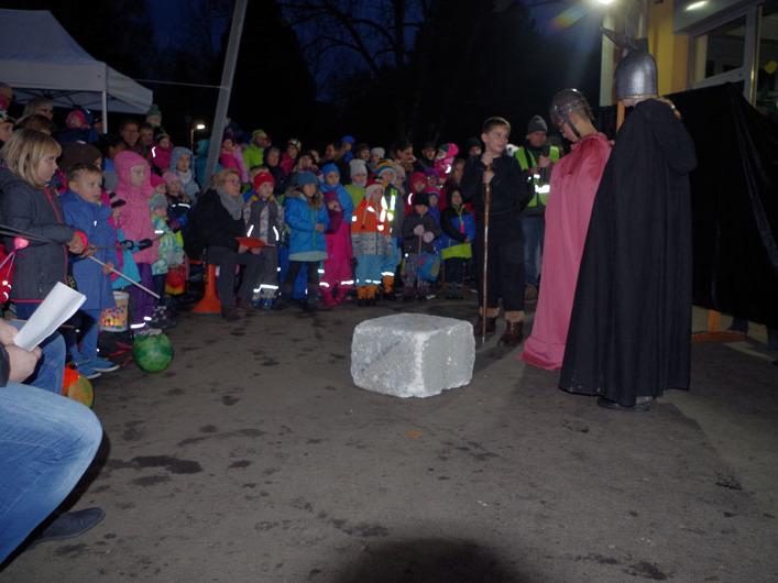 Hunderte Kinder drängten sich im überdachten Schulhof der Ten-Brink-Schule am Samstagabend, um dort beim ersten gemeinsamen Martiniumzug das Spiel der Schultheatergruppe zu erleben. swb-Bild: of