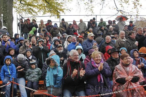 Applaus für eine herrliche Aufführung: Auch die Zuschauer trotzten Regen und Windböen und waren bester Stimmung. Bild: Christel Rossner