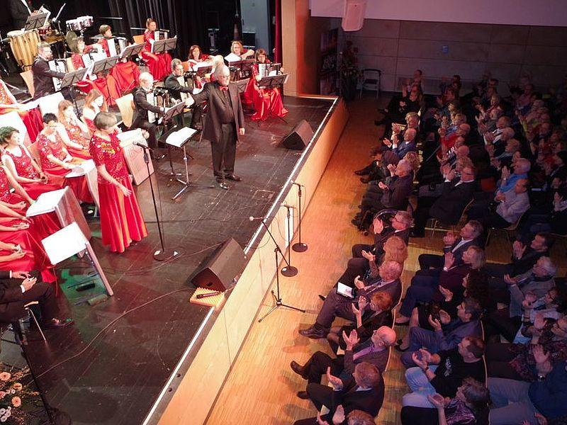 Orchesterleiter Hans-Günther Kölz verzauberte mit »Hohnerklang« am Samstagabend bereits zum dritten Mal das Publikum beim Benefizkonzert in der Talwiesenhalle. swb-Bild: of