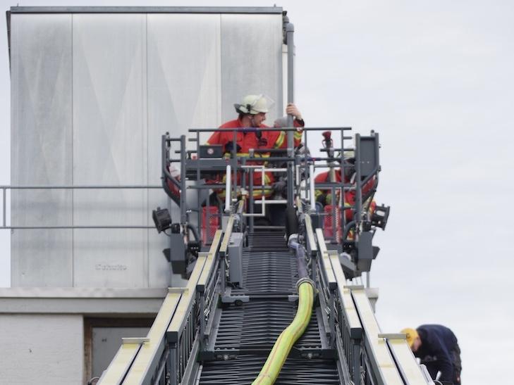 Am Donnerstag gab es den ersten realen Einsatz für die Drehleiter der Feuerwehr Rielasingen-Worblingen beim Brand in einem Spänesilo. swb-Bild: of