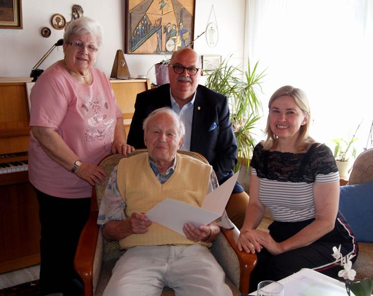 Alois Hall freut sich zusammen mit seiner Frau und Tochter über die persönlichen Glückwünsche von Bürgermeister-Stellvertreter Rudolf Caserotto.