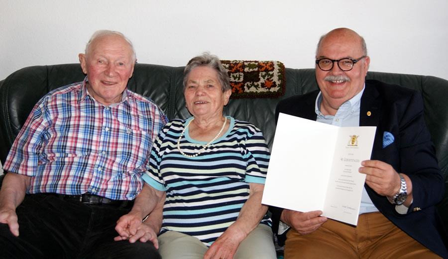 Helmut Plaga freut sich zusammen mit seiner Frau über die persönlichen Glückwünsche von Bürgermeister-Stellvertreter Rudolf Caserotto.