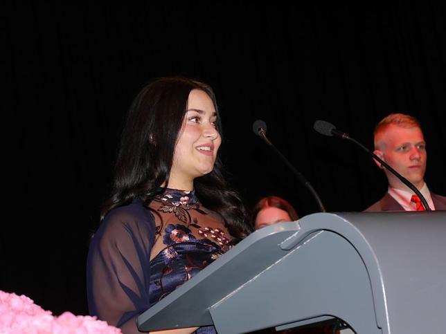 Schülersprecherin Olivia Muolo bei ihrer sehr eindrücklichen und berührenden Ansprache. Im Hintergrund Stellvertreter Tim Trippel. Bild: TBS