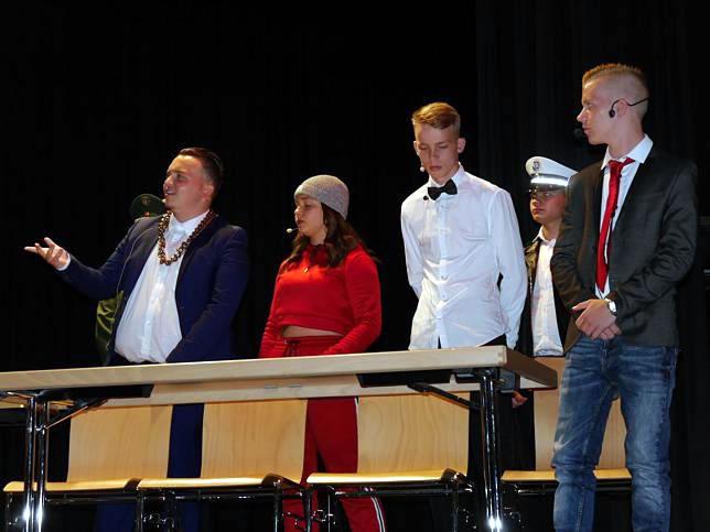 Witzige Gerichtsverhandlung um einen Stinkbombenwerfer, gespielt von der WR 10, von links: Endrit Bytyci, Larissa Isa, Miguel Jones, Leon Koscak, Dennis Clement. Bild: TBS