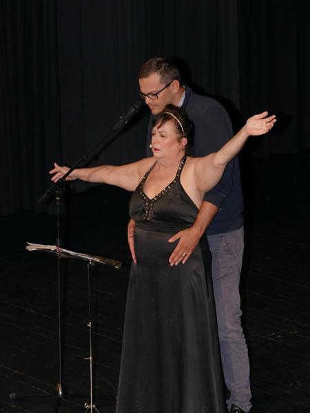 Kabarettistin Lizzy Aumeier hat die Männer im Griff. Der junge Ralf Danegger aus Wahlwies macht fast alles mit. Bild: Sandra Bossenmaier
