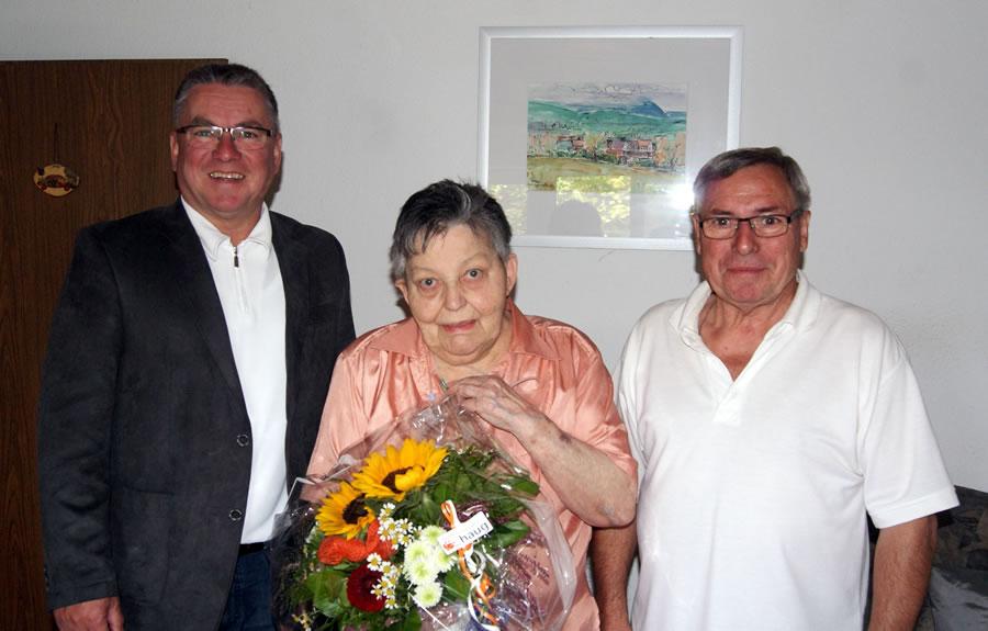 Die Eheleute Roswitha und Werner Neidhart freuen sich über die Glückwünsche von Bürgermeister Ralf Baumert.