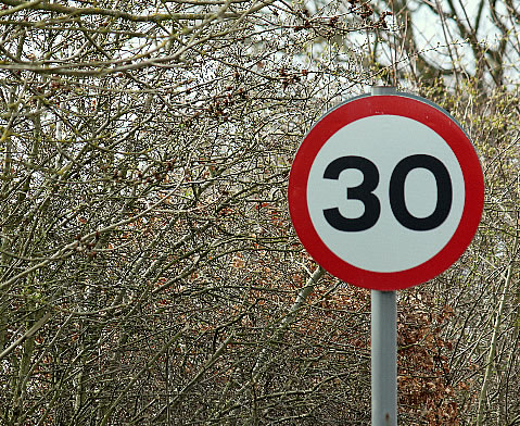 Verkehrsschild 30 Kilometer pro Stunde erlaubt. Bild: www.morguefile.com