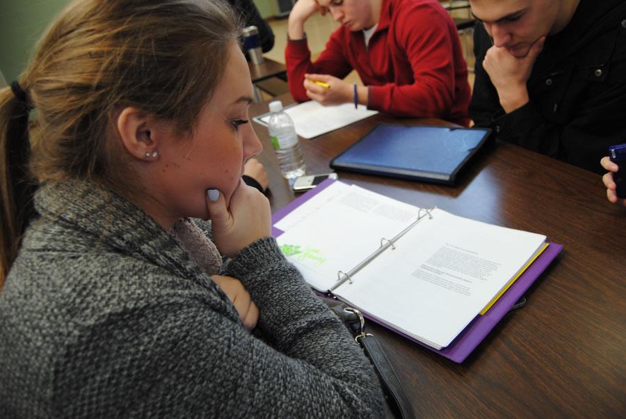 Auszubildende beim Lernen an einem Tisch. Quelle: morguefile.com