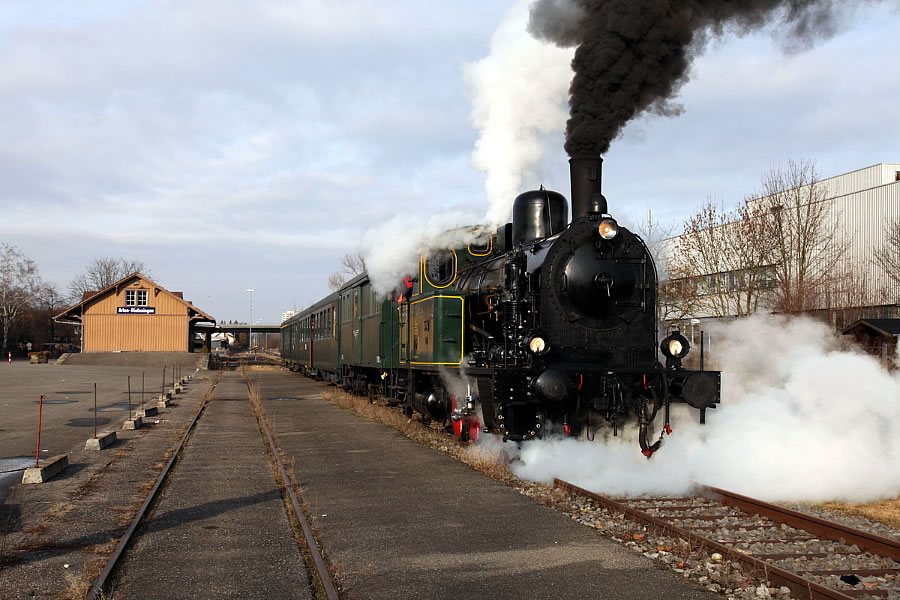 Dampflokomotive bei der Abfahrt vom Museumsbahnhof Rielasingen.