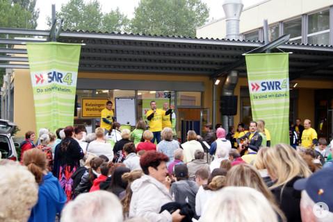 Bürgermeister Ralf Baumert dankte auf der SWR Bühne den vielen HelferInnen vor Ort.