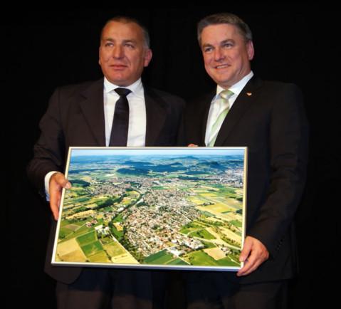 Bürgermeister Ralf Baumert überreichte seinem Kollegen Luca Di Fiori ein Luftbild von Rielasingen-Worblingen.