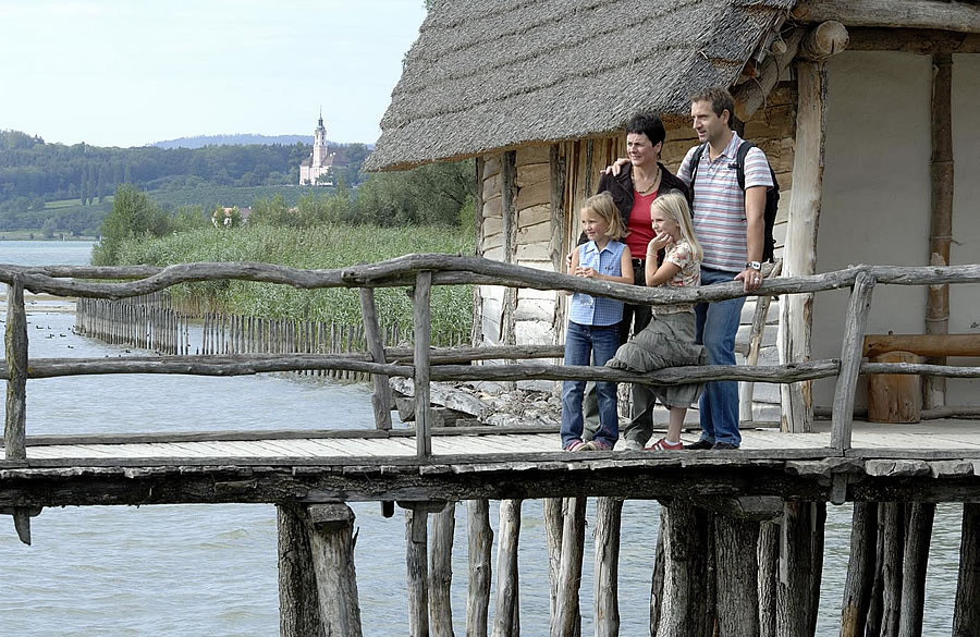 Besucherfamile bei den Pfahlbauten in Unteruhldingen (Copyright Pfahlbaumuseum Unteruhldingen).