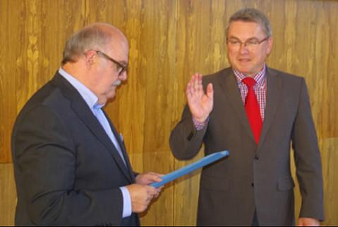 Ralf Baumert leistete in der Gemeinderatssitzung den Amtseid für seine zweite Amtsperiode. Gemeinderat Rudi Caserotto nahm ihm die Verpflichtungsformel ab. swb-Bild: of