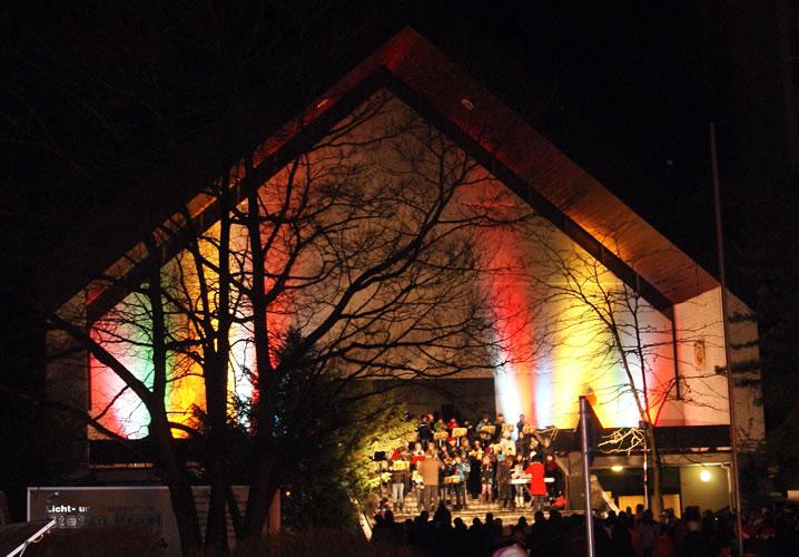 Schön illuminierte Kirche beim Weihnachtsmarkt in der Rielasinger Hauptstraße.