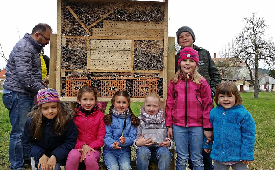 Viel Spaß hatten die Beteiligten beim Bau eines Insektenhotels.