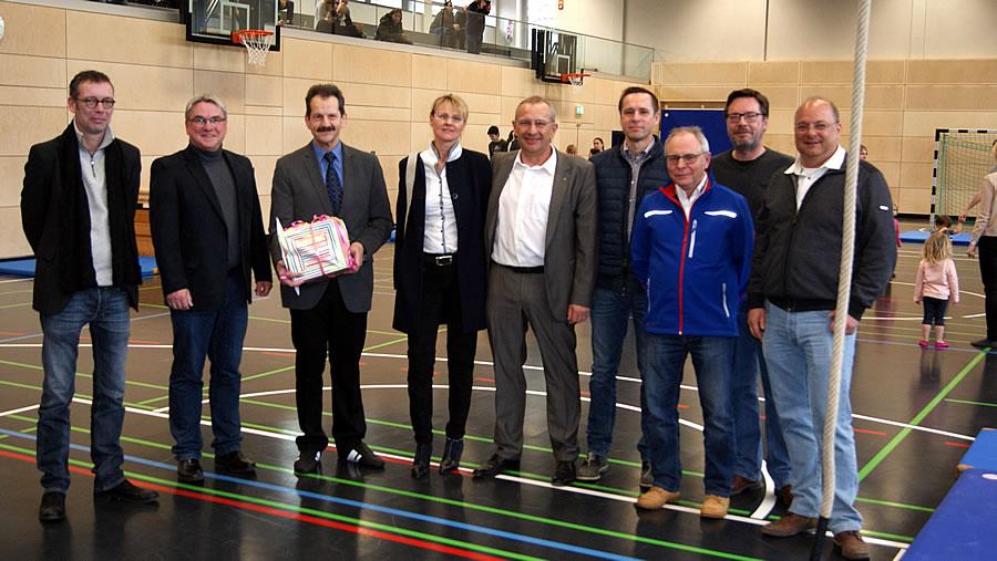 Freude über die runderneuerte Ten-Brink-Sporthalle bei den am Projekt Beteiligten.
