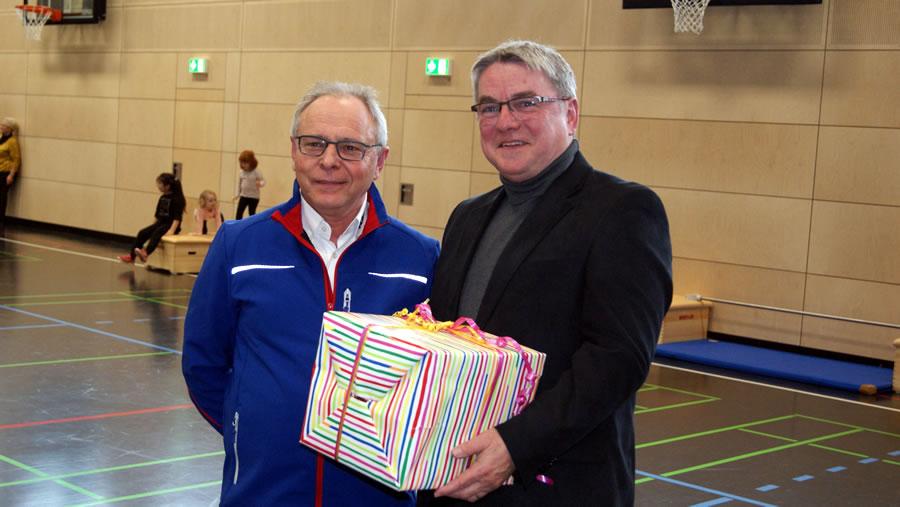 """Christian Klett bedankte sich stellvertretend für die Handwerksfirmen für ein schönes örtliches Projekt mit einen """"Ball"""" bei Bürgermeister Ralf Baumert."""