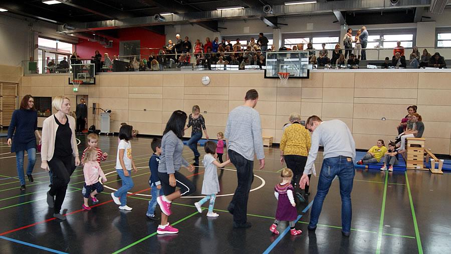 Bei einer kleinen Tanzeinlage konnten Kinder mit Eltern dem Bewegungsdrang nachgehen.