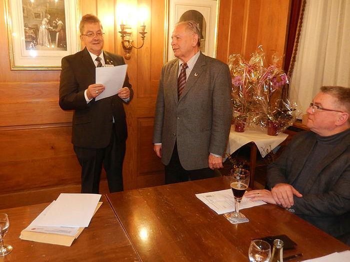 Präsident Johannes Steppacher und Jubilar Hans Böhm bei der Ehrung an der Hauptversammlung des »Instru« in der Krone. Rechts sitzt Bürgermeister Baumert. swb-Bild: Verein