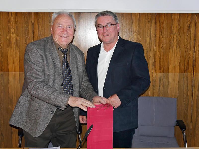 Bürgermeister Ralf Baumert dankt dem Vorsitzenden des Kultur- und Sportausschusses, Hermann Grimm (links), für das langjährige Engagement. Bild: Ingeborg Meier