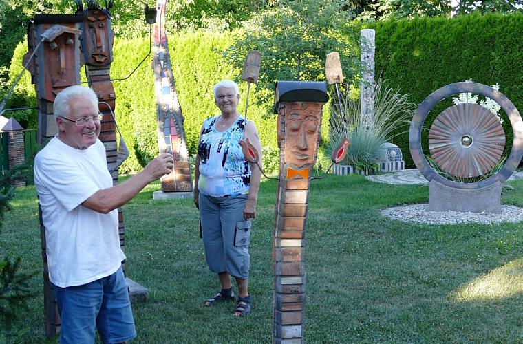 Die Eheleute Haitz in ihrem kunstvoll gestalteten Garten. Bild: Bossenmaier