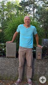 Herr Möhrle vom Umweltamt der Gemeinde zeigt hier die beiden Fledermauskastenmodelle.