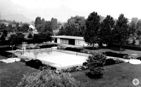 So sah das Worblinger Schwimmbad in seinen Anfangstagen aus. Das einfache, rechteckige Becken aus Beton, gespeist mit Quellwasser vom Schiener Berg, war eine sehr beliebte Freizeiteinrichtung im damaligen Bauerndorf Worblingen. Bild: Peter Amma