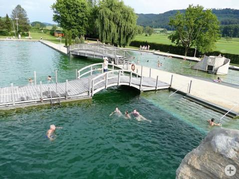 Das Worblinger Naturbad ist in der Region ein Alleinstellungsmerkmal. Der Gemeinderat entschied sich aus Umweltgründen für diese Variante, die ganz ohne Chlor auskommt. Das Wasser hat die Farbe eines natürlichen Gewässers. Bild: Sandra Bossenmaier