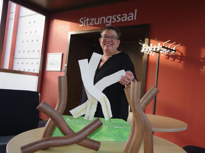 Martina Lauinger im Vorraum des Sitzungssaales von Rielasingen-Worblingen mit einigen Entwürfen. Bild: Fiedler
