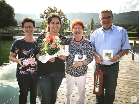 Naturbadbetreiberin Nurhayat Aktas (Zweite von links) freute sich über das Dankeschön von Jana Akyildiz, Gudrun Breyer und Bürgermeister Ralf Baumert zum Ende der diesjährigen Badesaison.